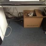 机の下の配線